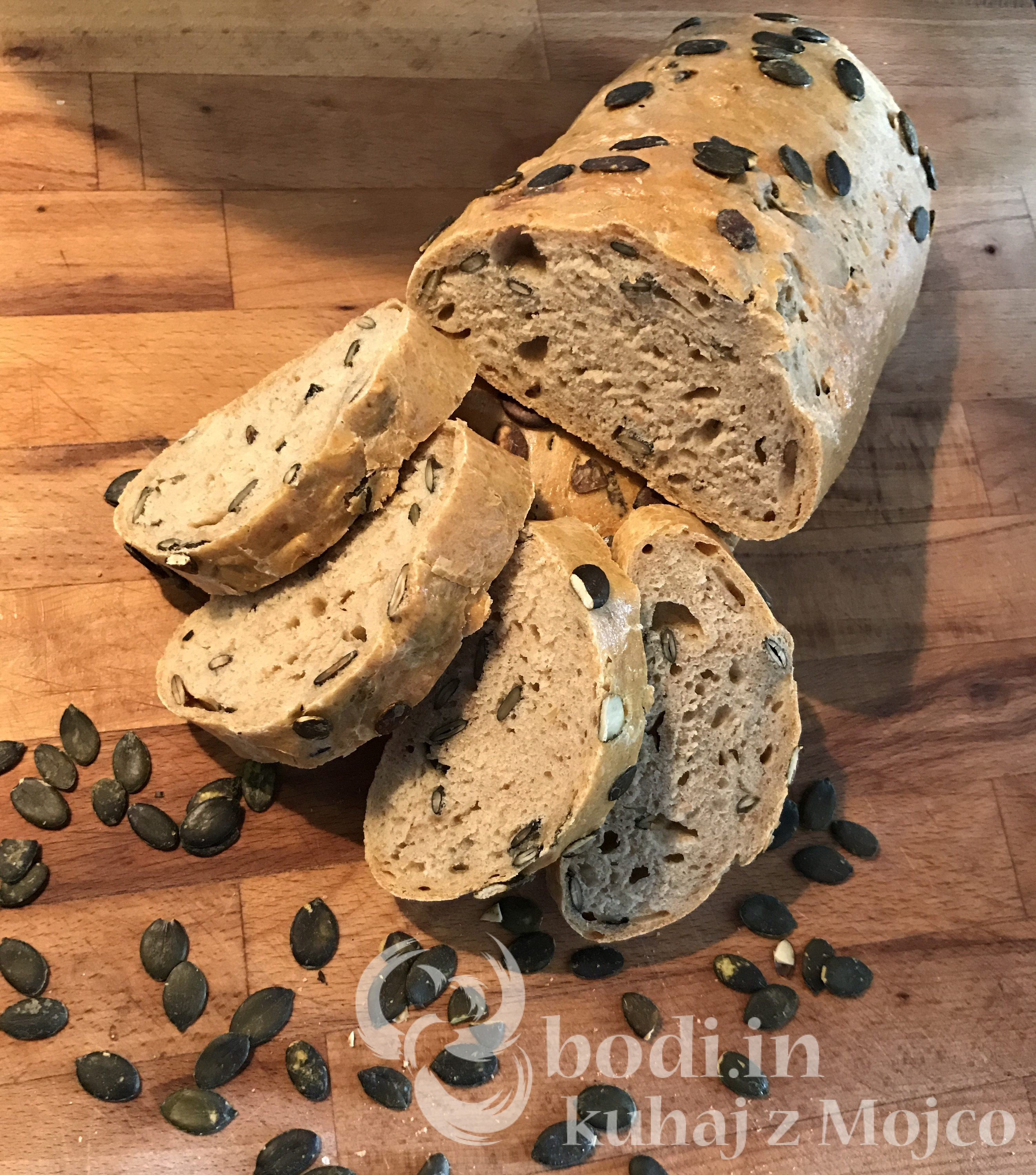 Kruh iz pražit s sončničnimi semeni