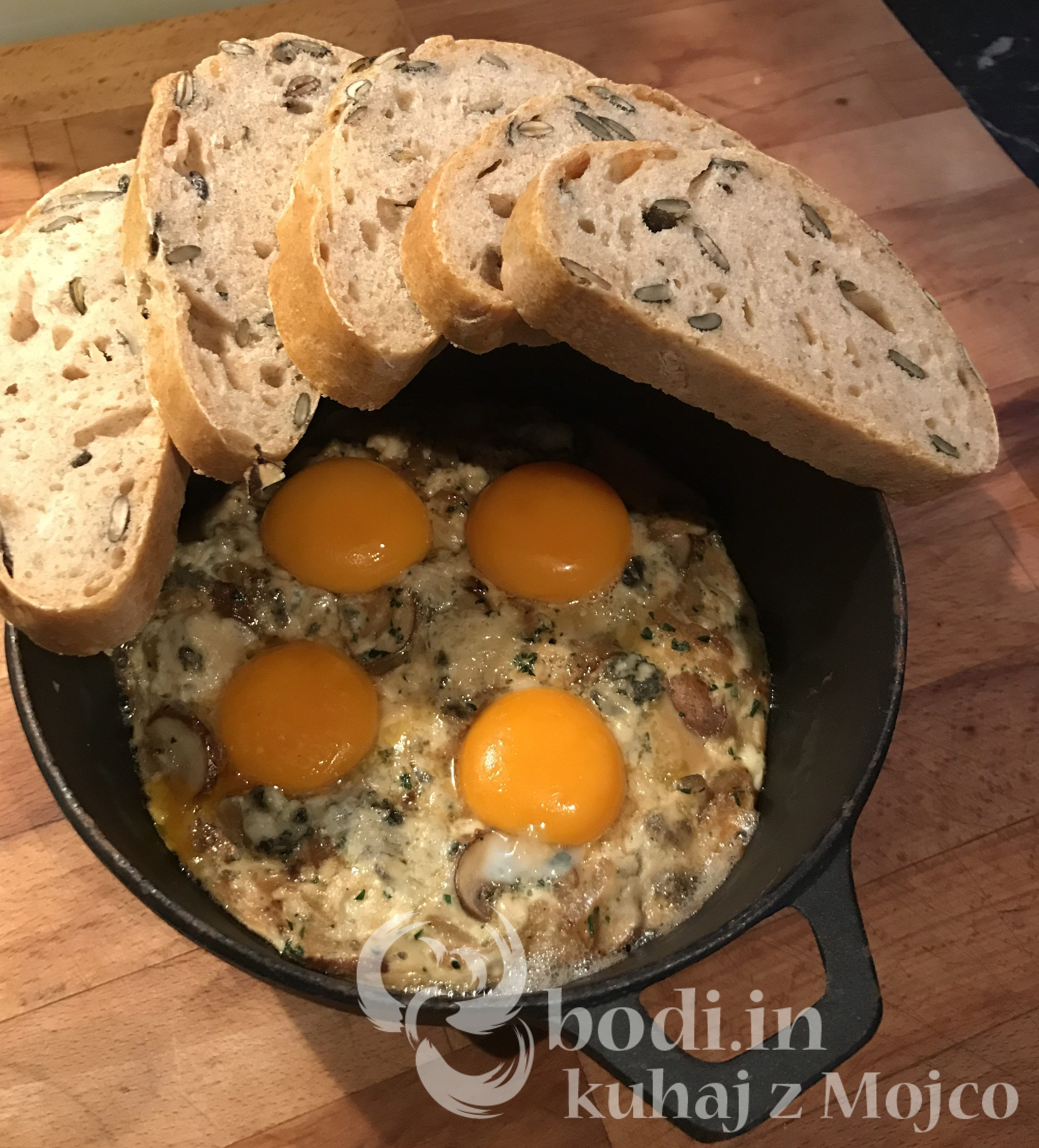Rjavi šampinjoni z jajčki iz pečice.