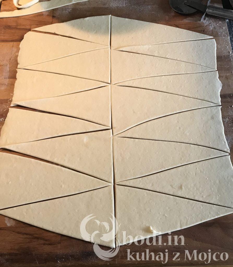 Razrežemo v trikotnike.