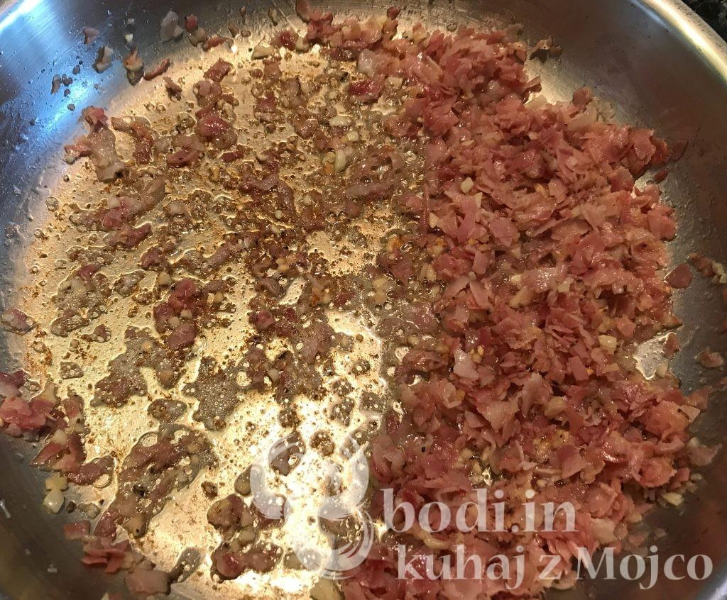 Popečemo slanino in česen.