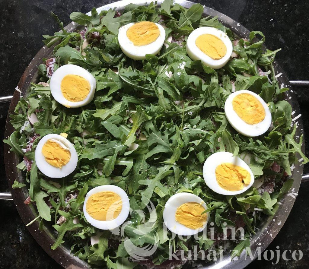 Na koncu okrasimo s trdo kuhanimi jajci in jo razrežemo na 8 kosov.